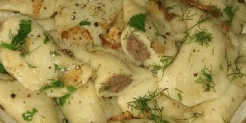 Смакота! Рецепт досить простий і нічого мудрувати не потрібно: картопляні вареники з курячою печінкою